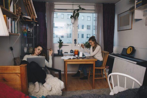 Beberapa Suka Duka Memiliki Room Mate
